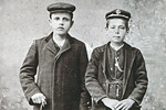 Μαθητές από τα Μαστοροχώρια με ευρωπαϊκή και τοπική ενδυμασία, 1914. [από: <em> Μαστοροχώρια</em>].