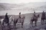 Καστοριά, έφιπποι αξιωματικοί της Γαλλικής Στρατιάς Ανατολής στον παλιό δημόσιο δρόμο στα νότια της πόλης. [από: <em>Προσφυγικός συνοικισμός</em>].