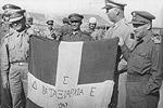 Η σημαία της 16ης Ταξιαρχίας του ΔΣΕ επιδεικνύεται ως λάφυρο.