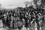 Καστοριά, συγκέντρωση διαμαρτυρίας που οργάνωσε ο μητροπολίτης Καστοριάς Γερμανός Καραβαγγέλης για να απομακρυνθεί ο Βούλγαρος επίσκοπος Αυξέντιος, 1904. Θεσσαλονίκη, Ίδρυμα Μουσείου Μακεδονικού Αγώνα.