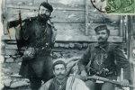 Ο Ηλίας Φαρμάκης (όρθιος) από τη Βλάστη Κοζάνης, ο Εμμανουήλ Σωτηριάδης (δεξιά) και ο Γεώργιος Μανώλης ή Πιάλας, 1906. Θεσσαλονίκη, Ίδρυμα Μουσείου Μακεδονικού Αγώνα.