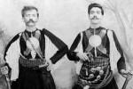 O Αναστάσιος Αλβανός από το Άργος Ορεστικό και ο Γεώργιος Σκαλίδης από το Έλος Κισσάμου Χανίων. Θεσσαλονίκη, Ίδρυμα Μουσείου Μακεδονικού Αγώνα.