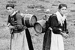 Γρεβενά, κοπέλες με παραδοσιακές φορεσιές της Σαμαρίνας. Αθήνα, Μουσείο Μπενάκη - Φωτογραφικό Αρχείο.