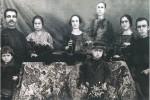 Καστοριά, μέλη οικοτεχνίας γουναρικών με τις χειροκίνητες μηχανές τους, 1930-1935. Αρχείο οικογένειας Κουράκλη.