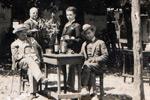 Νεστόριο, παρέα φίλων σε καφενείο. Αρχείο Δήμου Νεστορίου.