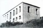 Μονόπυλο, το σχολείο, δεκαετία 1930 (φωτ. Πέτρος Κλειούσης). Αρχείο Συλλόγου Μονοπυλιωτών.