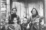 Νεστόριο, οικογενειακή φωτογραφία σε επιστολικό δελτάριο, 1923. Αρχείο Δήμου Νεστορίου.
